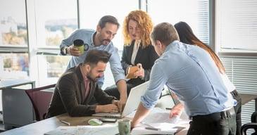 Equipo de trabajo mejorando los procesos de comunicación empresarial interna y externa
