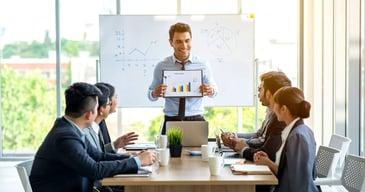 Hombre explicando los beneficios de la buena selección de personal para PYMES