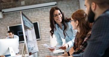 Mujer feliz explicandole a su colega qué es y cómo mejorar su marca personal