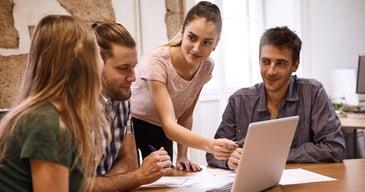 Compañeros de trabajo aprendiendo de su líder sobre metodologías ágiles y design thinking para la nnovación