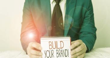 Hombre profesional ayudando al area de recursos humanos a construir la identidad de marca de su empresa
