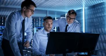 Hombres profesionales ayudando a lograr una buena gestion de recursos humanos dentro de su empresa