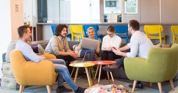 Empleados conversando sobre las tendencias en RRHH de las empresas más influyentes en el ámbito