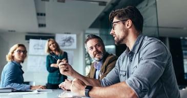 Ejecutivo explicando los beneficios de tercerizar los procesos de selección de personal para cargos jerárquicos