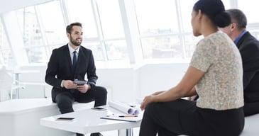 Experto en recursos humanos explicando el proceso de outsourcing de recursos humanos