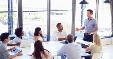 Líder de equipo explicando las ventajas de aplicar la neurociencia a los recursos humanos y a la gestión del liderazgo