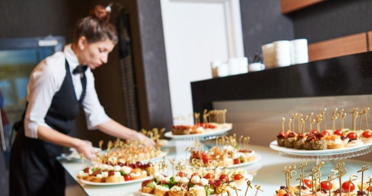 Las celebraciones y reuniones de fin de año en restaurantes demandan mayor cantidad de personal eventual.