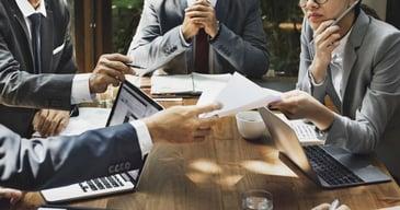 Una visión panorámica de empleados hablando de como la fuerza de trabajo mejora el rendimiento de la empresa.