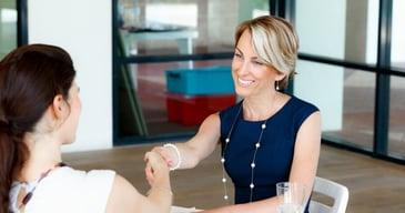 Especialista en recursos humanos de la consultora Bayton en una entrevista de trabajo para un puesto de personal temporario