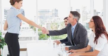 Mujeres y hombres profesionales participando en el proceso de selección del proceso de reclutamiento de personal