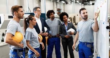 Nuevos empleados de una fábrica conociendo los Estrategias y beneficios de realizar un outsourcing de personal