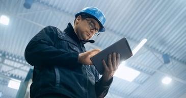 Personal eventual de una industria utilizando su tablet para tareas de control