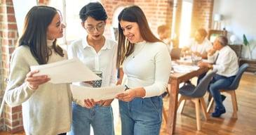 Tres jóvenes empleadas de una empresa trabajando en un mundo VICA preparándose para el futuro del trabajo